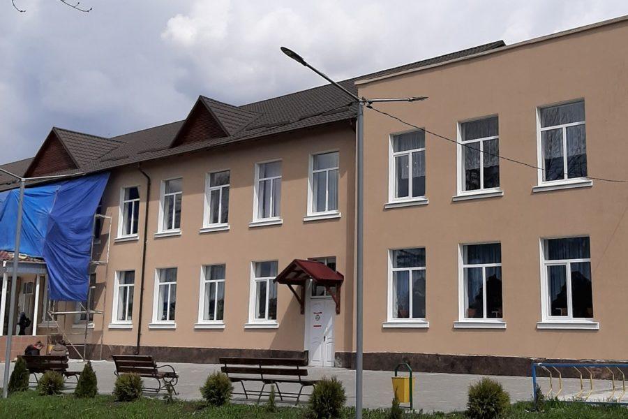 (Română) Clădirea liceului conturează un aspect modern, agreabil și eficient energetic – AO Demos